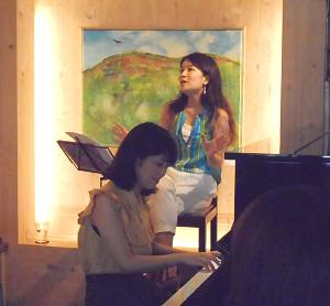 ミュージカルの舞台のような躍動感あふれるヴォーカルとピアノの女性デュオライヴ