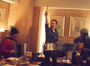 スティールパンとアコーディオンとブラジルギターの日本の名手が組んだ極上のアコースティック音楽のライヴ