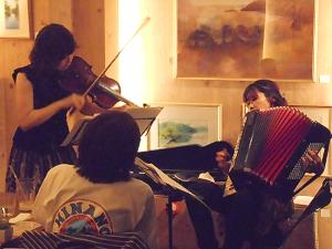 情熱のタンゴ、ミュゼから愛らしいオリジナルまで色とりどりに演奏するデュオユニットのライヴ