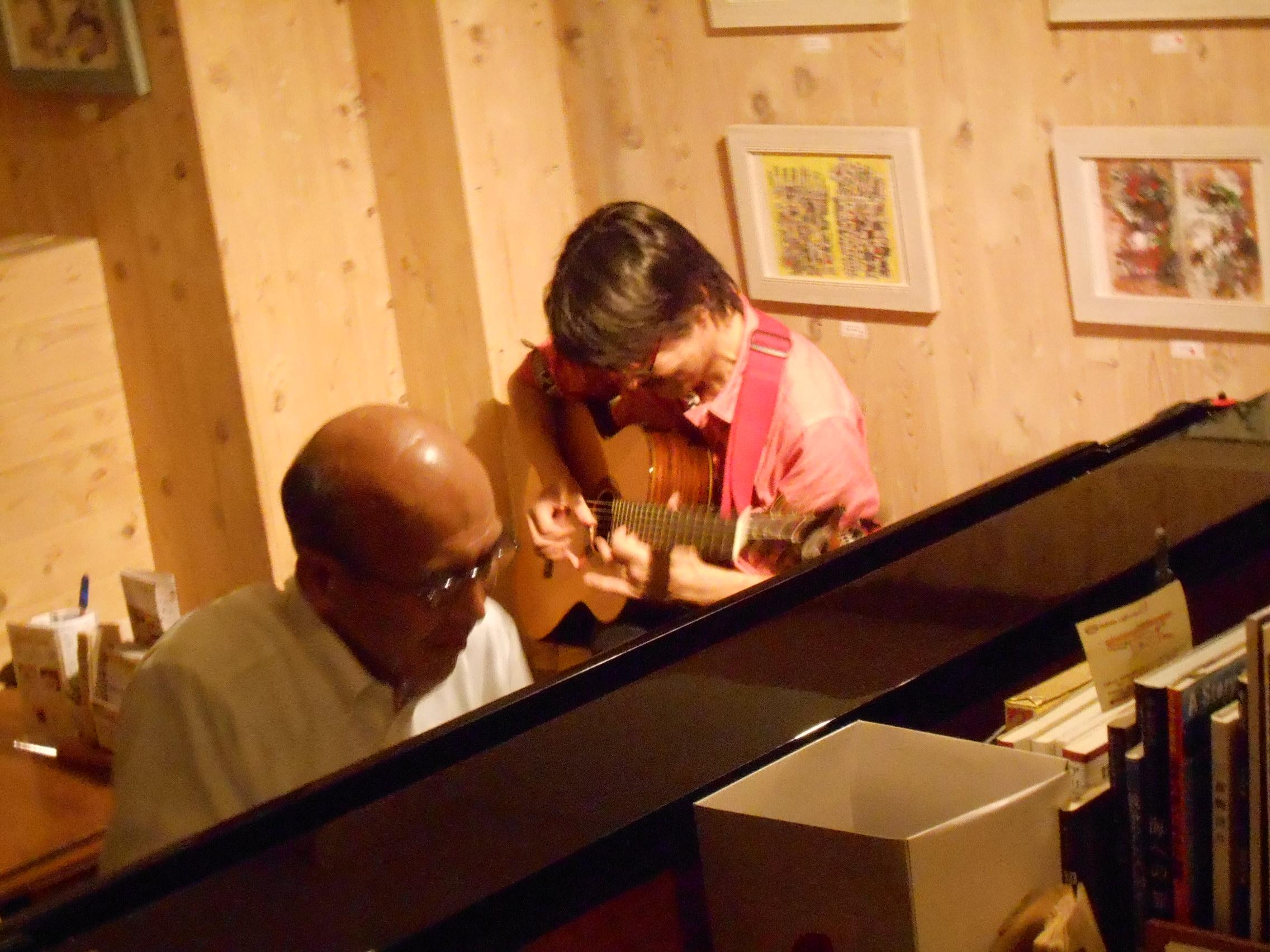 ギタリストとピアニスト、文京区に所縁のあるジャズプレイヤーの共演による円熟ライヴ