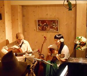 ツイン・アルパとパーカッション+ヴォーカルというユニークな編成のラティーナトリオ