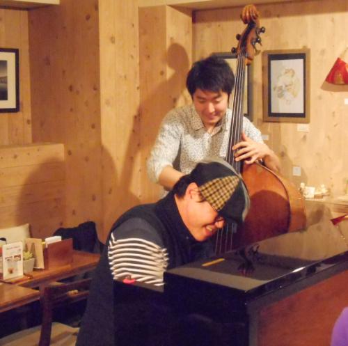 ベースとともにストライド奏法の名手のジャズピアニストによるスウィングジャズライヴ