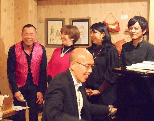 ピアノの伴奏とともに男女4声のハーモニーのうつくしさ、そして歌う愉しさが伝わるジャズライヴ