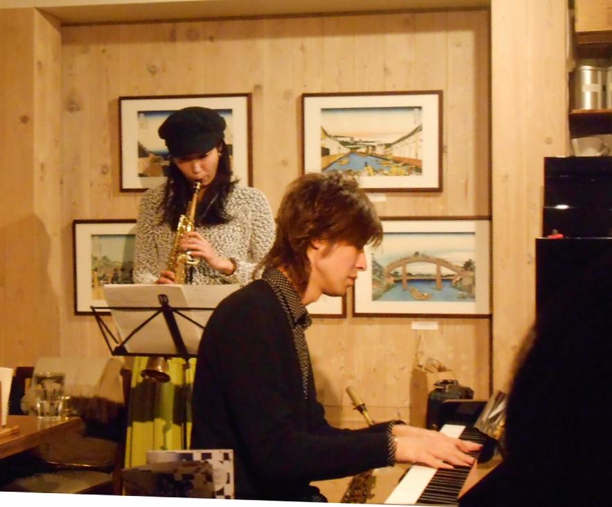 アルトサックス奏者とピアニストのデュオによる色彩感覚までにも伝わるジャズライヴ