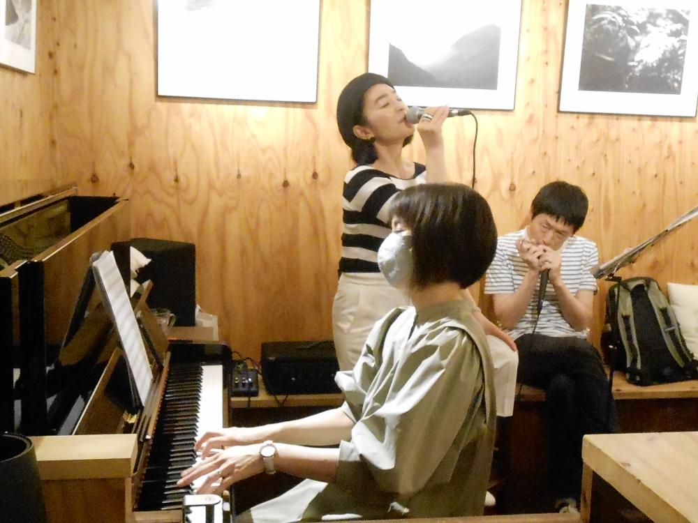 ※緊急事態延長に伴い開催時間変更※ カフェテーブルで大人の会話を愉しむような、歌とピアノの生演奏です